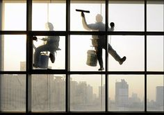 Workers clean the windows of a newly built office building in Taiyuan, Shanxi province. Washing Windows, Lost Art, Window Cleaner, Windows And Doors, The Dreamers, Skyscraper, Tazo, Colours, Cleaning