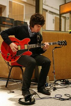 Considering that Oasis are one of the biggest bands ever, and Noel such an influential guitarist, who inspired many kids to pick up an electric guitar since the band released its debut single & Easy Guitar, Guitar Tips, Cool Guitar, Guitar Lessons, Liam And Noel, Rhymes Songs, Noel Gallagher, Learn To Play Guitar, Playing Guitar