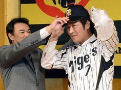2012.11.20 阪神入りし、和田監督(左)に帽子をかぶせてもらう西岡剛内野手