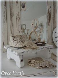 Oud wit vensterbankje