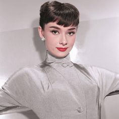 Audrey Hepburn by photographer Bud Fraker, 1953 Audrey Hepburn Outfit, Audrey Hepburn Mode, Audrey Hepburn Photos, Audrey Hepburn Hairstyles, Aubrey Hepburn, Hollywood Stars, Classic Hollywood, Old Hollywood, Divas