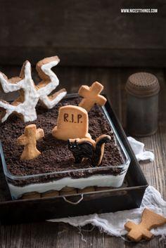 Halloween Friedhof-Nachtisch mit Grabsteinkeksen und Kekskrümelerde