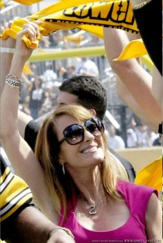 Jane Seymour cheers on Pittsburgh--Pittsburgh vs. Seattle  I knew I always like her...smart lady cheers for my Steelers.