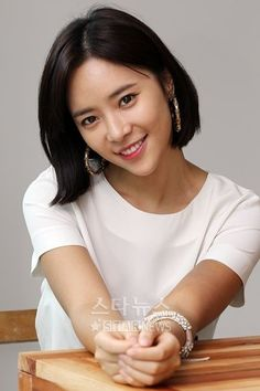 Actress Hwang Jung-eum showed off her cool image by saying that she doesn't get hurt much by malicious comments. Hwang Jung-eum had an interview with SBS 'Midnight TV Entertainment'. Korean Actresses, Korean Actors, Actors & Actresses, Scandal, Korean Girl, Asian Girl, Asian Woman, Medium Hair Styles, Short Hair Styles