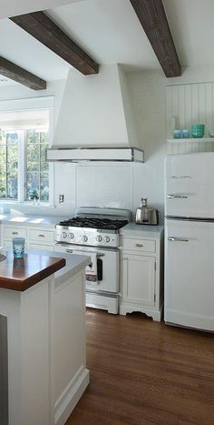 A beautiful modern rustic and neutral kitchen with Big Chill appliances that instantly add retro appeal. Neutral Kitchen, Rustic Kitchen, Semarang, Cabin Kitchens, Retro Kitchens, American Kitchen, Diy Kit, Kitchen Cabinets, Kitchen Appliances