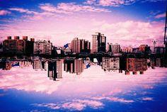 マガジンの アナログ ライフスタイル のLC-A+で撮られた、まるで空中浮遊しているようなビルや街の写真 - ロモグラフィー