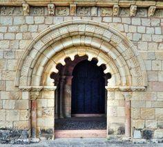 Portada con arco polilobulado - Iglesia románica de Duratón, provincia de Segovia