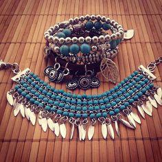 Mix composto por 1 pulseira de miçangas azul turquesa, 1 pulseira com pedras turquesa e berloques de folhas, 2 pulseiras prateadas e 1 pulseira de couro com berloques. Total de 4 peças conforme foto ilustrativa.