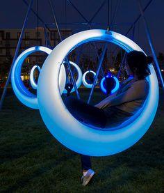 20 columpios iluminados a través de un mini-controlador forman parte de un parque experimental que incentiva la interacción en torno a la innovación
