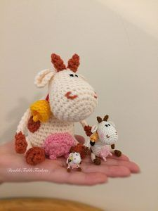 #crochet, free pattern, amigurumi, stuffed toy, decoration, keychain, cow, mini, more free patterns on site, #haken, gratis patroon (Engels), mini koe, knuffel, decoratie, sleutelhanger, meer gratis patronen op de site, #haakpatroon