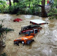 This is crazy! The front two look like model Toyota Land Cruisers with their snorkels barely above the surface of the water. Toyota Fj40, Toyota Trucks, 4x4 Trucks, Cool Trucks, Jeep 4x4, Jeep Truck, Toyota Land Cruiser, Jeep Wrangler, Offroader