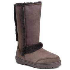 UGG outlet boots at our cheap UGG outlet Usa store tends to be popular with those are crazy about latest fashion. Sheepskin Ugg Boots, Handbags Michael Kors, Louis Vuitton Handbags, Classic Ugg Boots, Ugg Classic, Boating Outfit, Ugg Slippers, Snow Boots