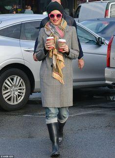 Gwen Stefani con occhiali rossi coordinati alle labbra » Gossippando.it | Gossippando.it