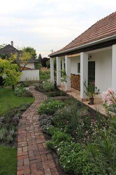 Landscape Ideas For Backyard Porch Garden, Terrace Garden, Garden Paths, Home And Garden, Farmhouse Landscaping, Farmhouse Garden, Small Outdoor Patios, Outdoor Gardens, Backyard Pergola