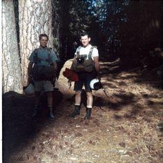 """24 de julio -  En 1966 Michael Pelkey y Brian Schubert se tiran desde el risco """"El Capitán"""" en el Parque Nacional de Yosemite, EE.UU. dando nacimiento al Salto BASE.  El salto BASE es una modalidad del paracaidismo, que consistente en saltar desde un objeto fijo y no desde una aeronave en vuelo."""