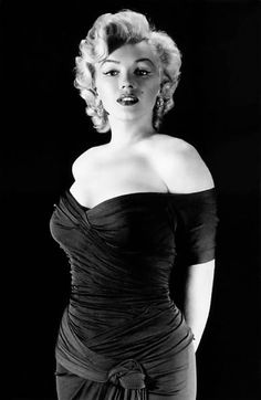 Marilyn Monroe really needs no introduction. The legendary screen goddess, the original blonde bombshell, the one and only. Marilyn Monroe Stil, Marilyn Monroe Fotos, Hollywood Glamour, Classic Hollywood, Old Hollywood, Most Beautiful Women, Beautiful People, Pin Up, Milton Greene
