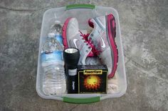 This is what an emergency kit for a car looks like; it has a blanket, an extra pair of sneakers and socks (just in case you're wearing heels or sandals and need to vacate the car and walk), a flashlight, a power flare, and water. Emergency Preparedness Kit, Emergency Preparation, Emergency Supplies, Emergency Planning, Survival Supplies, Emergency Food, 72 Hour Kits, Road Trip Hacks, Road Trips