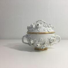 Tazza da brodo decorata con fiori a rilievo. Meissen, periodo J. G. Kirchner, 1730 circa. Porcellana dura profilata in oro. Museo della Ceramica G. Gianetti.
