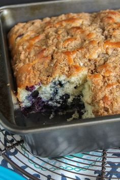 Blueberry Buckle - Sweet, juicy blueberries are the star of this delicious crunchy and crumbly streusel topped cake! Blueberry Desserts, Blueberry Cake, Köstliche Desserts, Delicious Desserts, Yummy Treats, Blueberry Season, Blueberry Crumble, Blueberry Buckle Recipe, Cake Recipes