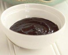 Cómo hacer una mascarilla de chocolate para el cabello. La chocolaterapia es un tratamiento que está de moda debido al descubrimiento de los potentes beneficios del cacao para la piel, que sirve para hidratarla y nutrirla en profundidad. Sin embargo, el ch...