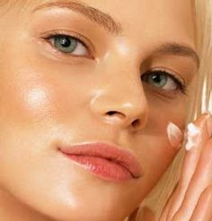 Comment se débarrasser de la peau grasse naturellement ? Astuce grand mère : mettre dans un flacon spray  1/4 lait  de magnésium qui a des propriétés matifiantes et d'ajouter 3/4 d'eau. Vaporiser ce mélange avant de vous maquiller