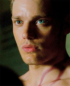 Dominic Sherwood as Jace Herondale in the TV series Shadowhunters - Eyes! Shadowhunters Series, Shadowhunters The Mortal Instruments, Dominic Sherwood, Jace Wayland, Clary Und Jace, Jamie Campbell, Clace, City Of Bones, Cute Actors