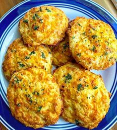 """Miluju LOWCARB na Instagramu: """"ČEDAR KEKSY . * 4 vejce * 2 šálky nastrouhaného ostrého sýra čedar * 1 šálek mandlové mouky * 2 lžičky prášku do pečiva * 2…"""" Orange County, Diet Recipes, Vegetarian Recipes, Diet Tips, Cheddar Biscuits, Cheddar Cheese, Diet Biscuits, Keto Diet Book, Brunch"""