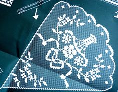 crochet em revista: Toalha redonda Crochet Dollies, Crochet Lace, Crochet Stitches, Crochet Designs, Crochet Patterns, Mantel Redondo, Romanian Lace, Fillet Crochet, Make Beauty