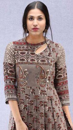 Salwar Neck Designs, Neck Designs For Suits, Kurta Neck Design, Sleeves Designs For Dresses, Dress Neck Designs, Kurta Designs Women, Stylish Dress Designs, Blouse Designs, Design Of Kurti