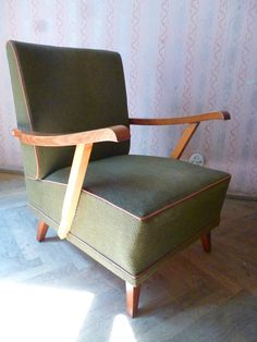 Zwei formschöne Sessel aus den 50er 60er Jahren in Oliv/Khaki.  Die Sessel befinden sich in einem guten Zustand, da sie mit einem Überwurf abgedeckt waren.  Auch die Polsterung sitzt sich gut.  Der...