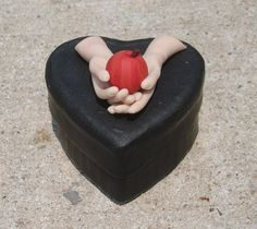 Twilight Inspired Hands with Apple on Heart Trinket Box Handmade in Polymer clay Fimo Clay, Polymer Clay Projects, Polymer Clay Charms, Polymer Clay Jewelry, Clay Crafts, Clay Box, Tasty Bakery, Heart Shaped Rings, Clay Design