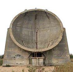 Kent (Inglaterra) 1920-1930: Una antena parabólica de hormigón de unos 30 metros de altura. Enfocados hacia el canal de la Mancha, para detectar las posibles incursiones de aviones desde el continente, actuaban como receptores de ondas sonoras, hasta una distancia de más de 30 Km, y un operario desde su interior con un estetoscopio conectado a los platos podía detectar la distancia y la dirección de los aviones. Hoy se están rehabilitando.