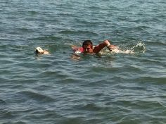 Curro de bebe nadando con papa
