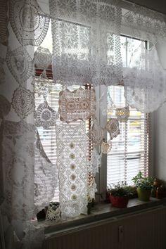 Ziervorhang aus Häkeldeckchen - zeigt Ninutschkanns auf ihrem Blog