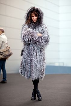 Street Style Fall New York Fashion Week New York Fashion Week Street Style, Street Style Trends, Autumn Street Style, Winter Style, Fur Fashion, Winter Fashion, Fashion Outfits, Js Everyday Fashion, Fashion Articles