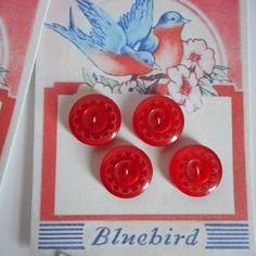 http://www.alittlemercerie.com/boutique/bazar_de_roulottes-723797.htmlPlaque de 4 boutons rouges en plastique