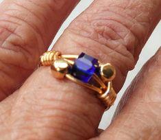 Bague en fil de cuivre, perles carrées cristal bleu et laiton