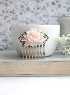 ♥´¨) ¸.•´ ¸.•*´¨) (¸. •´ ♥ ~ Gorgeous und romantisch erröten rosa rosa Blume, mit Elfenbein Tahitiperlen Vintage-Stil. Es ist mit einem antikisiert Messing-Blatt und 8 mm und 6 mm Elfenbein Swarovski Perlen verbunden.  Eine romantische Landhaus Halskette schmücken auf Ihren besonderen Tag oder einfach nur fühlen spezielle ihn trägt. Sie können festlegen, dass dieses Collier weiß oder andere Perle Farbe, lass es mich wissen!  Letztes Foto zeigt einen passende Haar-Kamm für Einkauf in meinem…