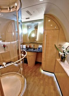 salle de bain de luxe à bord de votre jet privé Jets Privés De Luxe, Luxury Jets, Luxury Private Jets, Private Plane, Blue Angels, Rolls Royce, Private Jet Interior, Aircraft Interiors, Travel