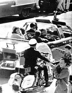1963. 22 Novembre. Dallas. Cortège.  Croisement de Cedar Springs et de Rough Street. Photo 12. Par Duane Robinson