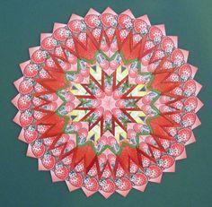 Deze aardbeienmandala-1 van 19 cm en gemaakt van 176 theezakjes, vormt met aardbeienmandala-2 een drieluik met de aardbeienmandala van 48 cm doorsnede.
