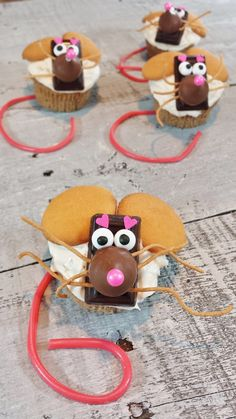 HERSHEY'S Christmas Mice Cupcakes - Not only are these mice cupcakes fun to create, they make an adorable DIY gift! Check out the post to see how I packaged them. @hersheycompany  @hersheyskisses  #sponsored