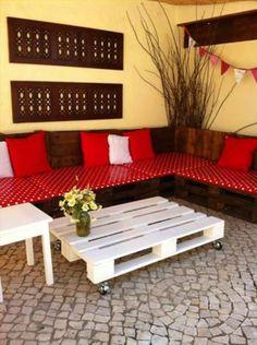 Sofa aus Paletten integrieren – DIY Möbel sind praktisch und originell - diy gartenmöbel paletten sofa punktmuster rot weißer tisch rollen