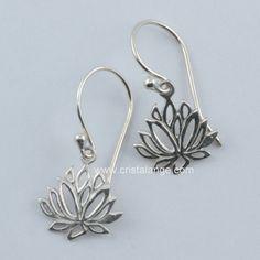 De toutes petites boucles d'oreilles en argent très raffinées représentant la fleur de lotus, symbole de sagesse, d'évolution spirituelle. A retourner chez cristalange.com