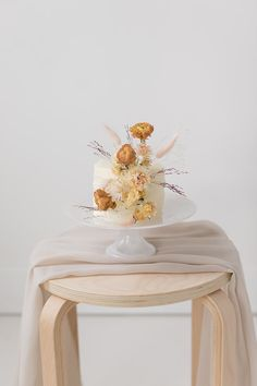 How to mix dried and fresh flowers in your wedding - 100 Layer Cake Unique Wedding Cakes, Wedding Cakes With Flowers, Wedding Desserts, Blue Wedding Dresses, Floral Wedding, Dried Flowers, Fresh Flowers, Fresh Flower Cake, 100 Layer Cake