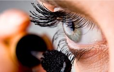 5 mascara tricks you are unlikely to know- 5 Mascara-Tricks, die ihr garantiert noch nicht kennt Full, long and curved eyelashes? Mascara Brush, 3d Fiber Lash Mascara, Fiber Lashes, Best Mascara, Beauty Make-up, Beauty Hacks, Natural Mascara, Jojoba, Beauty Makeup
