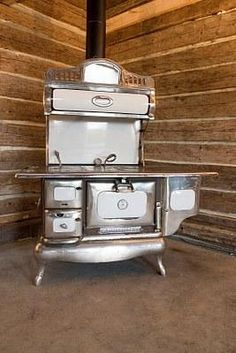 If you love the vintage look of the Victorian era, consider adding a wood burning kitchen stove to your home. Wood Burning Cook Stove, Wood Stove Cooking, Kitchen Stove, Old Kitchen, Vintage Kitchen, Kitchen Wood, Antique Wood Stove, How To Antique Wood, Vintage Wood