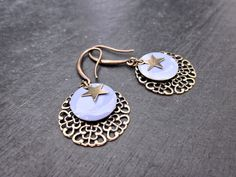 Boucles estampe filigranée et sequin lavande. : Boucles d'oreille par my-french-touch