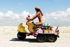"Kitta Please, aka Magda Sayeg, es la artista urbana precursora del movimiento ""yarn bombing""…"