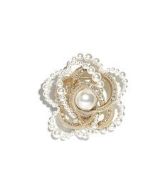 Costume Jewellery of the Spring-Summer 2018 Pre-Collection CHANEL Fashion collection : Brooch, metal, glass pearls & diamantés, gold, pearly white & crystal on the CHANEL official website.